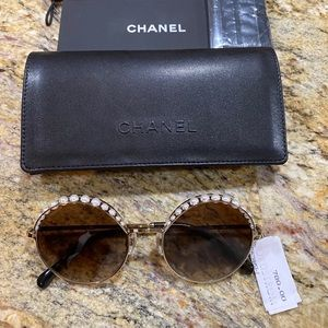 NEW, AUTHENTIC CHANEL 4234h Round with Chain